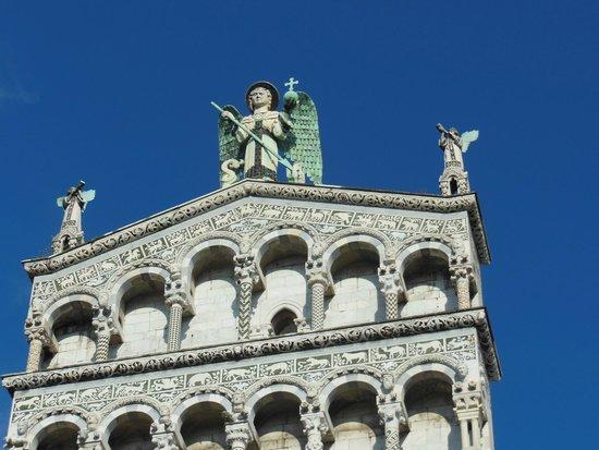 San Michele in Foro: Facciata con S.Michele che uccide il drago