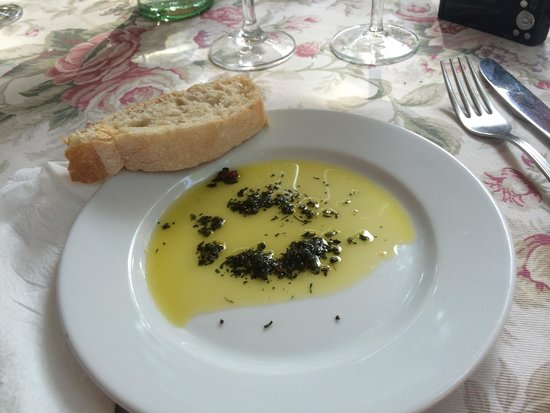 St. Antonio: Olive oil with provence herbs and warm bread - delicious!