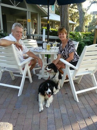 BarZin Bistro & Wine Bar : Nice place to take the dogs and eat out