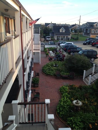 Martha's Vineyard Surfside Hotel : Lovely courtyard, free parking