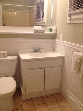 Martha's Vineyard Surfside Hotel : Nicely remodeled bathroom - room 304