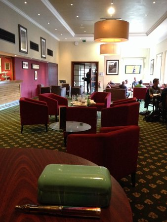 De Vere Selsdon Estate: Sports blaring from the TV and empty glasses and rubbish left on the table for well over an hour