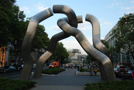 Berlin Sculpture (Broken Chain)