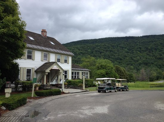 Hawk Inn and Mountain Resort: Guest rooms from outside