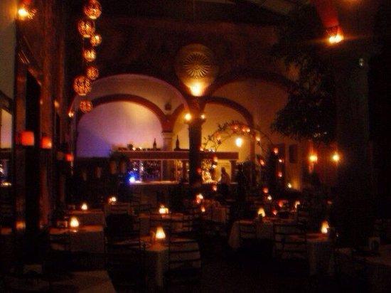 Plaza Vieja: La imagen que da el restaurante de noche es magnífica cambia completamente!!