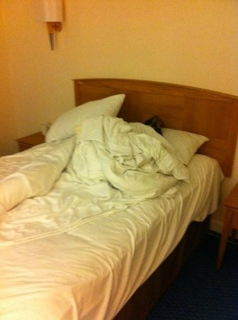 Thistle London Heathrow Hotel: The bed, as I found it