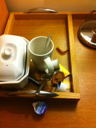 Thistle London Heathrow Hotel: Refreshment items not cleaned