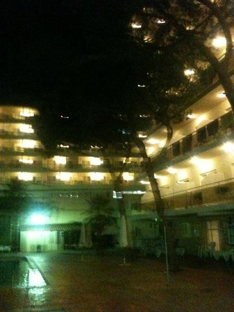 Hotel Oasis Park: lit up at night