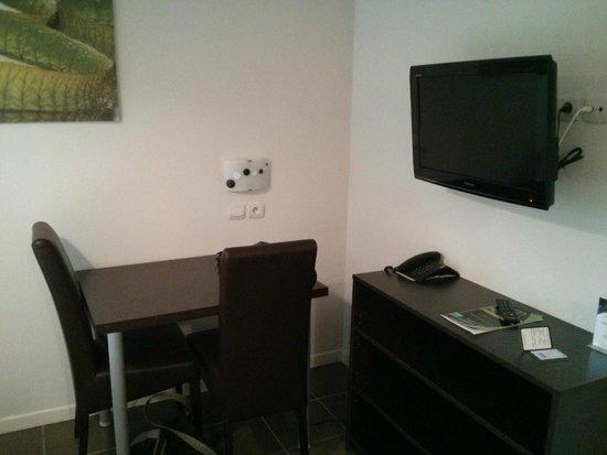 All Suites Appart Pau : Mesa y TV