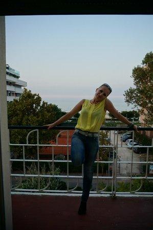 Vienna Touring: Отель на 2 линии, но море не далеко. Балкон выходит на улицу, машины очень слышно!