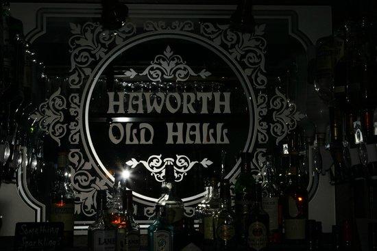 Haworth Old Hall Inn: Mirror behind the bar