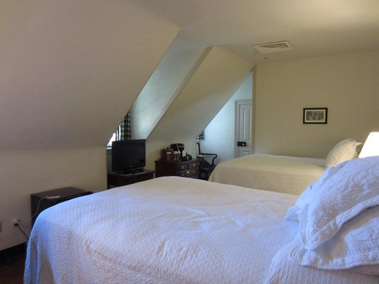 Colonial Houses-Colonial Williamsburg: Twin beds at Market House Tavern