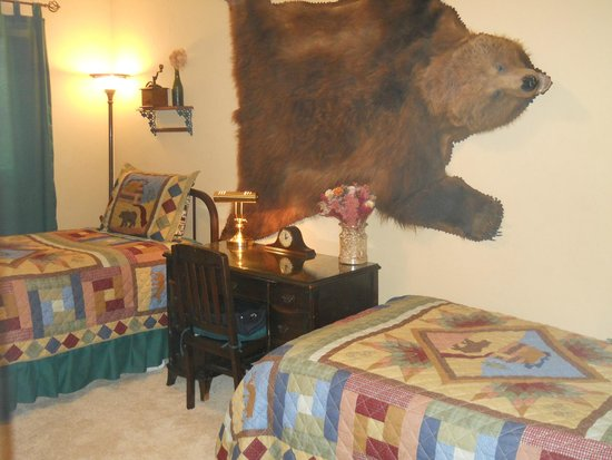 A Bear's Den Inn : Grandpa Grizzly's Twin Room