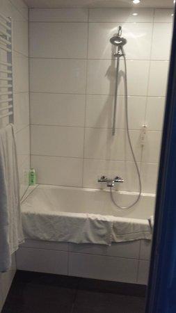 Hotel d'Orangerie : Douche zonder gordijn of douchewand