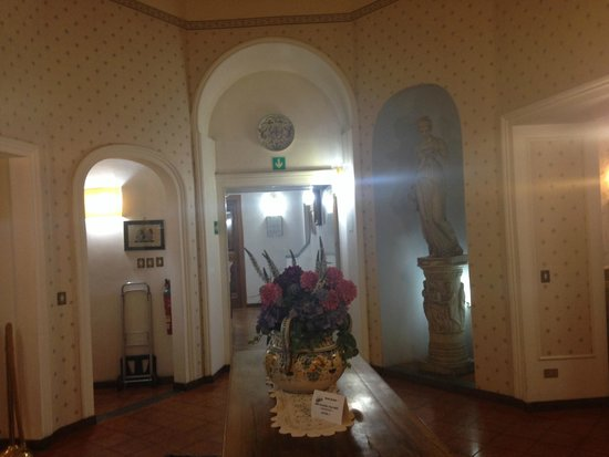 Ariele Hotel: Hall near the elevator