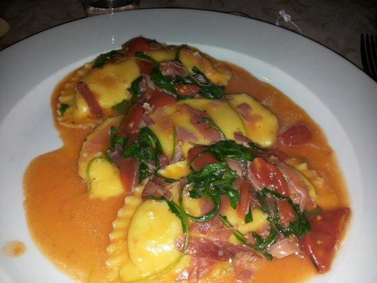 La Taverna di Lucullo : ravioli con ricoota e sugo di pomodorini rucola e spck