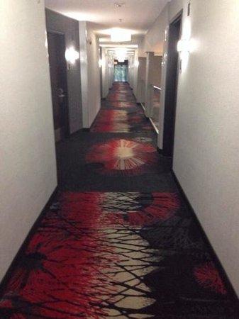 Comfort Suites Bypass: 2nd floor hallway over looks lobby
