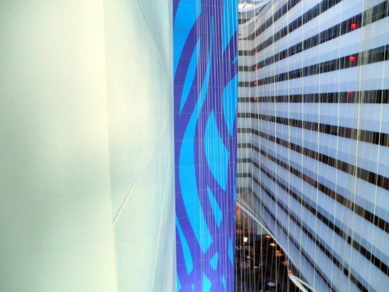 Conrad New York : Esto es desde el corredor hacia abajo el lobby.