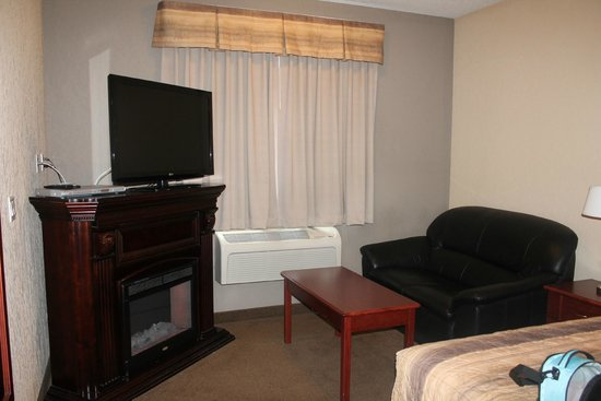 Lakeview Inns & Suites Fort Nelson: sitting area with fireplace and dvd player