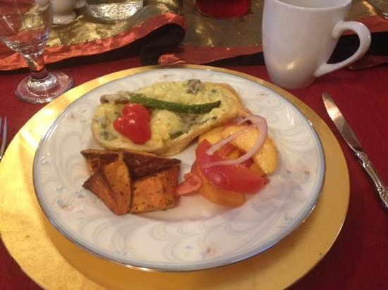 Royal Elizabeth Bed and Breakfast Inn: Mushroom and asparagus omelet with tomato/peach salad