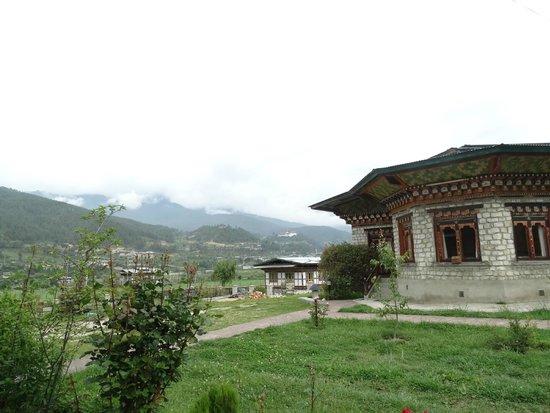 Gongkhar Guesthouse: vista general del hotel y del valle