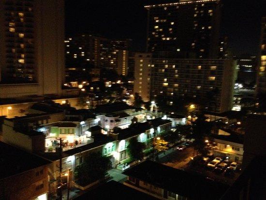 Aqua Bamboo Waikiki: lanai view at nite