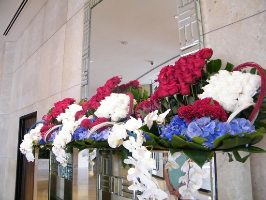 The Beverly Hilton: Flowers in the lobby-4th of July theme