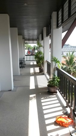 Monaburi Boutique Resort : the place in front of rooms, balconary, with morning sun