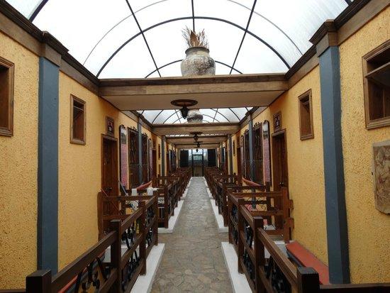 Hotel Mision Colonial : pasillo hacia las habitaciones