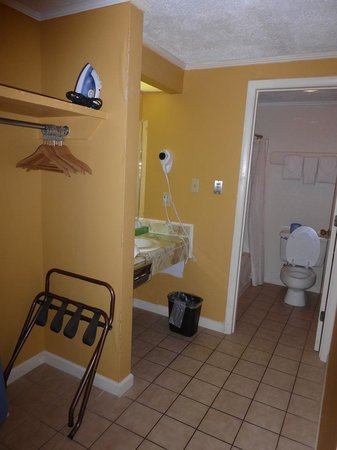 Vanity Johnson's Inn 2 Queens w/ kitchen room 112