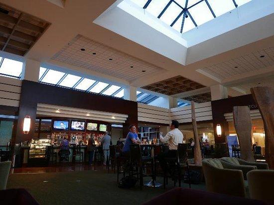 Hyatt Regency Dulles: フロント横の吹き抜けのバー