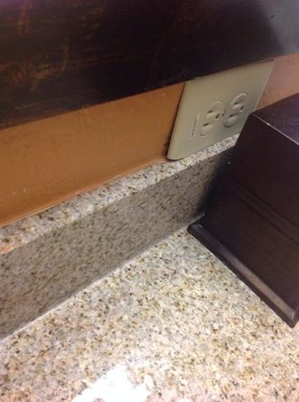 Floridays Resort: Plugs out dated and not flush against wall