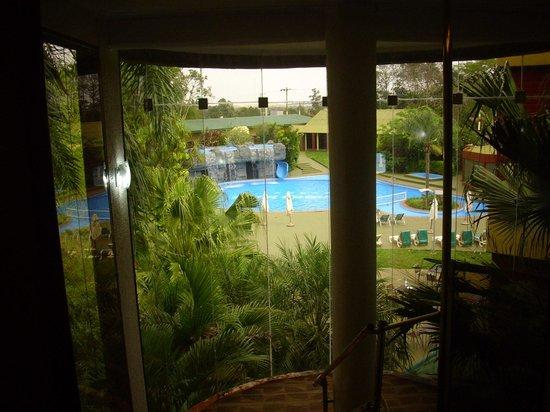 Exe Hotel Cataratas: vista de la pileta desde el interior