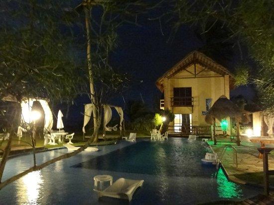Pousada Villa Pantai: Vista noturna da área da piscina.