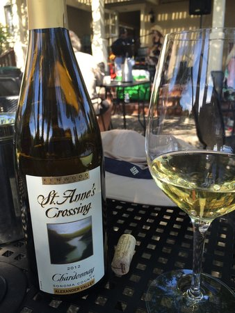 Kenwood, CA: Enjoying a bottle of Alexander Valley Chardonnay with lunch in the picnic area.