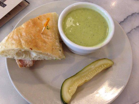 Ambrosia Cafe: Combo - zuppa di zucchine e basilico con sandwich focaccia con petto di pollo alla griglia con b