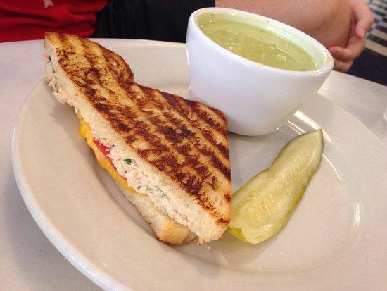 Ambrosia Cafe: Combo - zuppa di zucchine e basilico e toast con mozzarella pomodoro e tonno