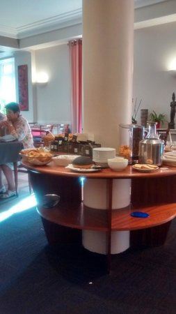 Best Western Poitiers Centre Le Grand Hotel : Just one of the breakfast counters!