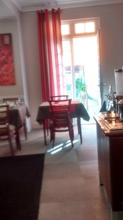 Best Western Poitiers Centre Le Grand Hotel: Sunshine streaming in from the patio area