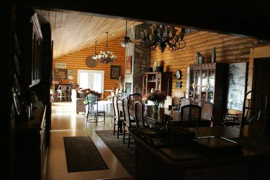Grand Living Bed & Breakfast: Breakfast area