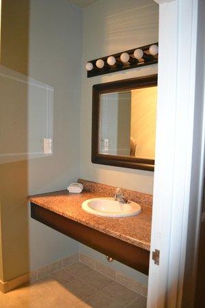 The Kalispell Grand Hotel: Clean bathroom.