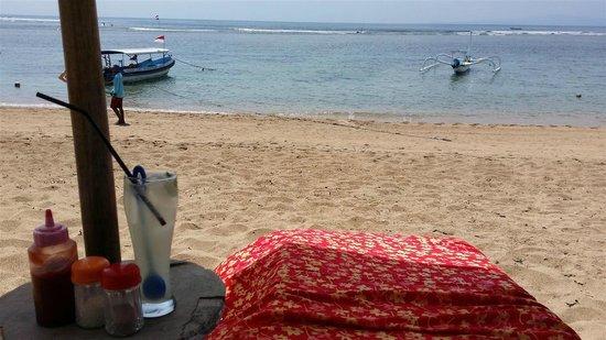 Tootsie Bar: Beach front lounge chair at Tootsies
