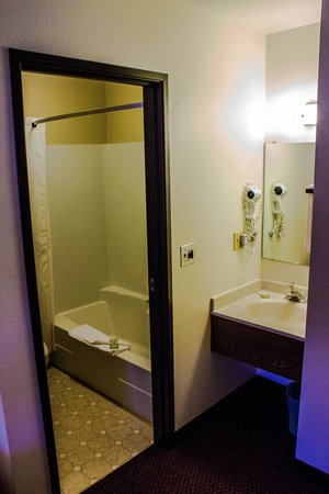 Super 8 West Yellowstone Lionshead: Standard Room Bathroom and Vanity
