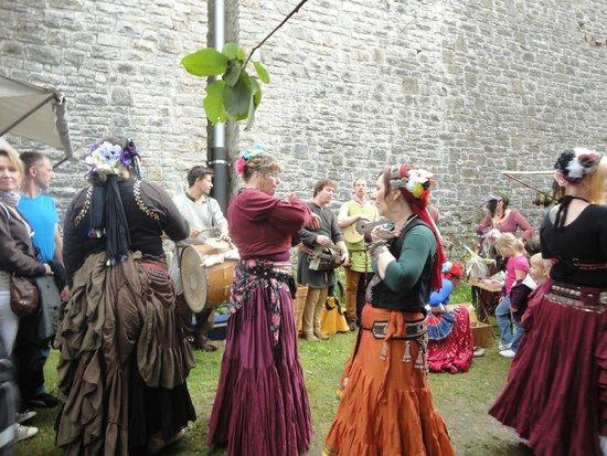 Sparrenburg: dançarinas do festival