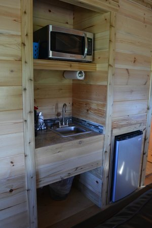 Glacier Trailhead Cabins: The kitchen area.