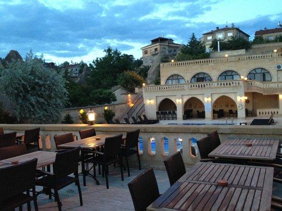 Dilek Kaya Hotel: レストランを出た所。向こうにプールが見えます。
