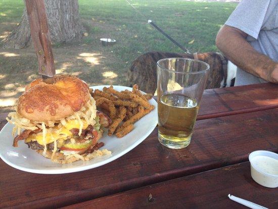 Vina, Kalifornia: Lava Burger and a Beer