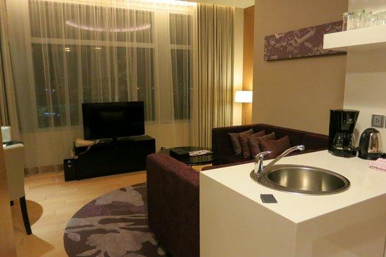 Marriott Executive Apartments Bangkok, Sukhumvit Thonglor: 1 bedroom condo living room / edge of kitchen