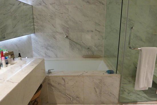 Marriott Executive Apartments Bangkok, Sukhumvit Thonglor: Gorgeous bathroom, better lighting would be nice