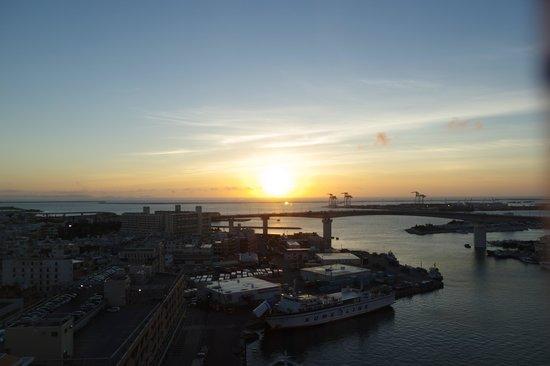 Okinawa Kariyushi Urban Resort Naha: 客室から見た泊港